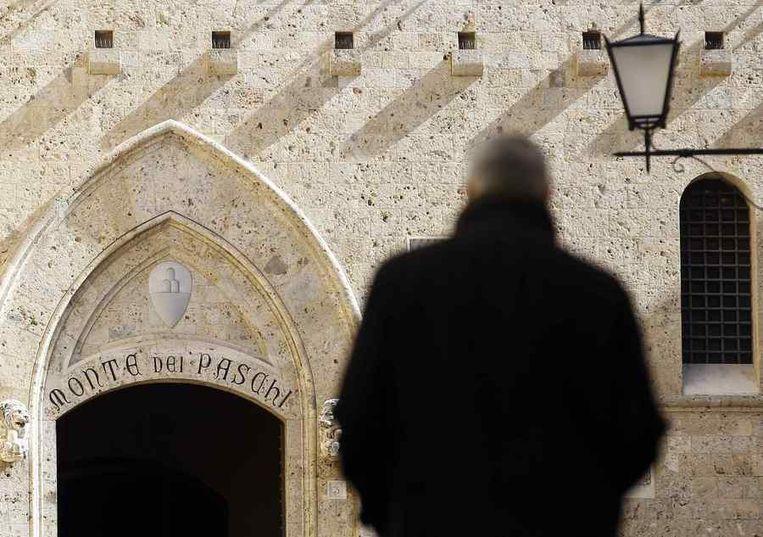 De ingang van het hoofdkantoor van de bank Monte dei Paschi in het Italiaanse Siena. Beeld reuters