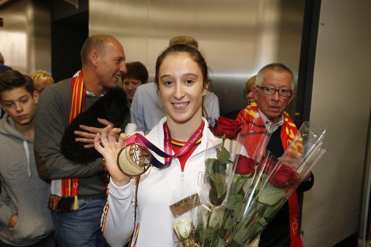 'Gouden Nina' bij aankomst in de luchthaven.