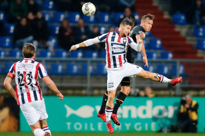 Fran Sol (midden) in een kopduel met AZ-verdediger en oud-WIllem II'er Stijn Wuytens.