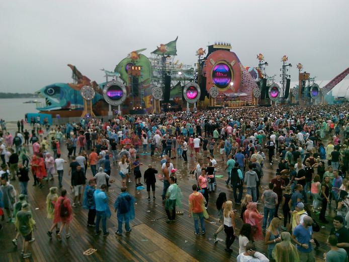 Deze danceliefhebbers trotseren de regen.