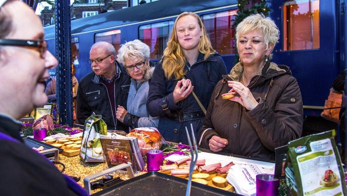 De Allerhande Kerstmarkt in het Utrechtse Spoorwegmuseum. De organiserende supermarkt verwent het publiek met onder meer kookdemonstraties en veel lekkere hapjes en drankjes.