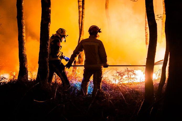 De natuurbrand die sinds maandagmiddag woedt in de Deurnsche Peel is erg lastig te bestrijden.
