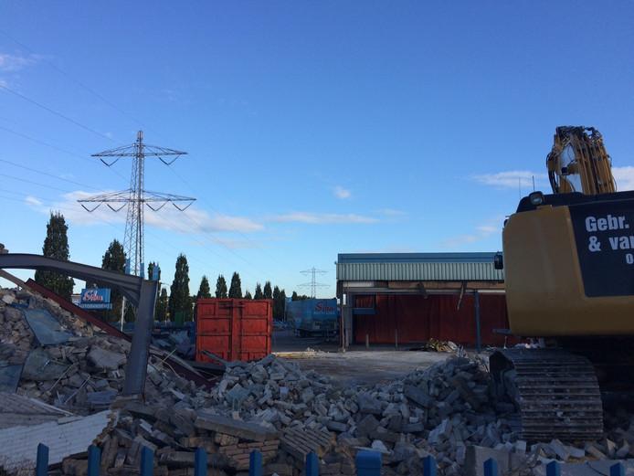 Het oude kantoor annex showroom en de werkplaats van Siba aan de Industrielaan in Uden zijn afgelopen week tegen de vlakte gegaan.