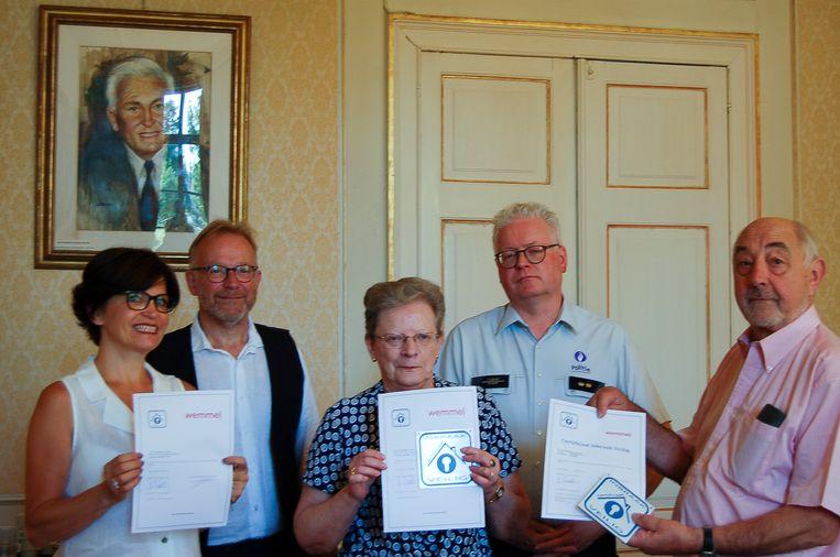 De inwoners met hun certificaat.