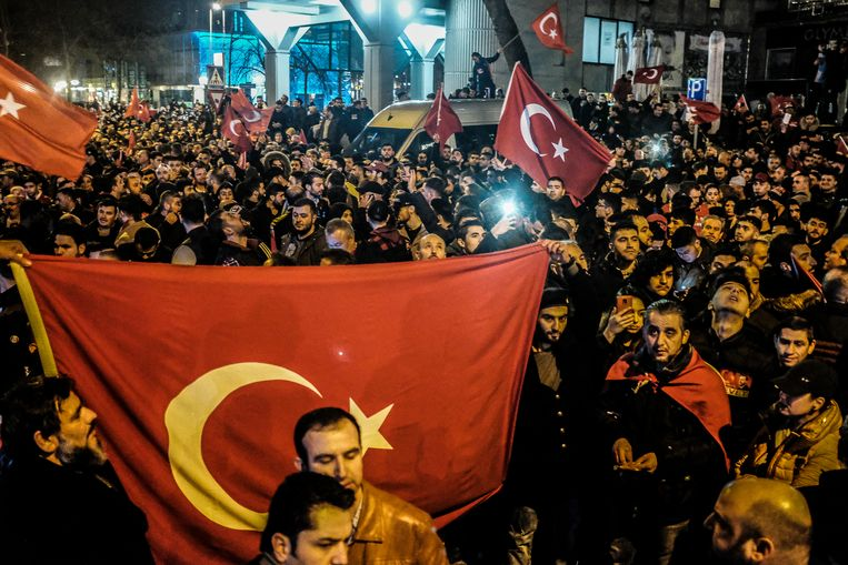 Ongeveer 3000 Turken demonstreerden voor het Turkse consulaat in Rotterdam. Beeld Jeanette Vos001