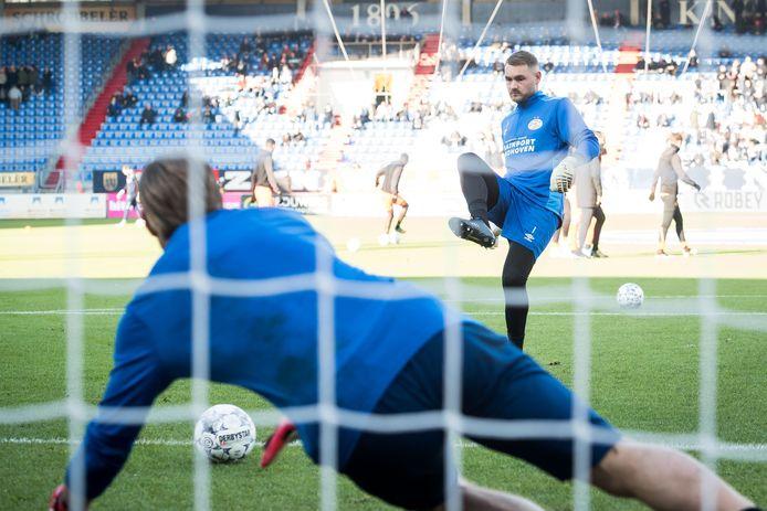 PSV-keeper Jeroen Zoet schiet voor het duel met Willem II Lars Unerstall in.