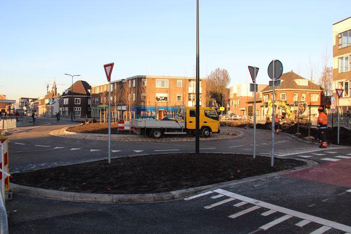 De laatste handelingen worden verricht aan de Raiffeisenstraat, vrijdagmiddag is de straat weer toegankelijk.