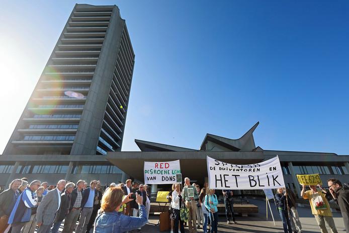 Tegenstanders van de plannen voor de nieuwe provinciale weg N629 bij Dongen protesteren bij het provinciehuis in Den Bosch.