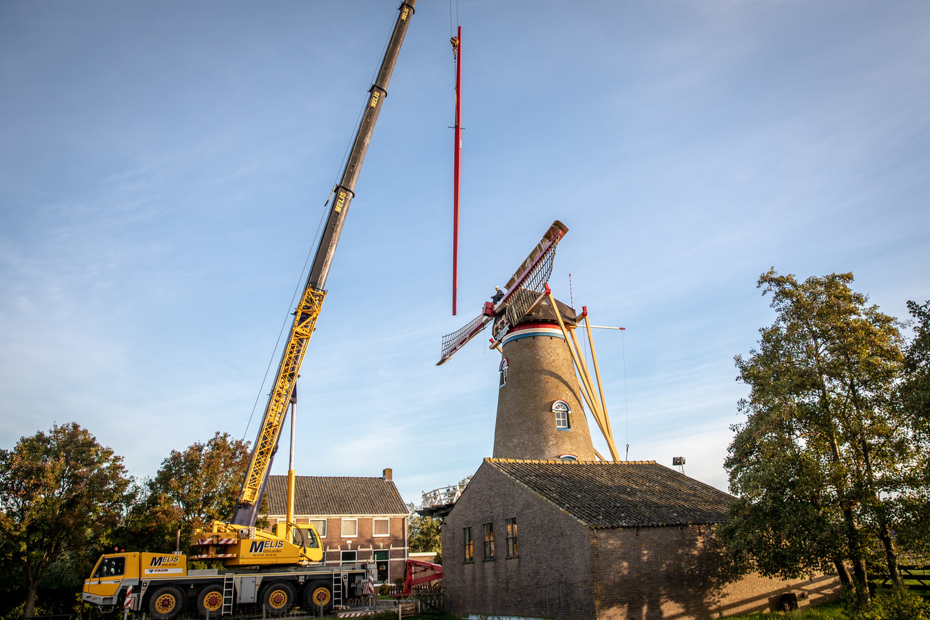 De versleten roede van molen De Onderneming in Wissenkerke wordt vervangen door een nieuwe.