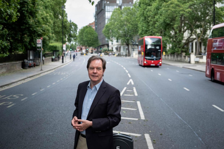 Ambassadeur Simon J. H. Smits, in Londen op Kensington Road, tussen Kensington Gardens en de Nederlandse ambassade.