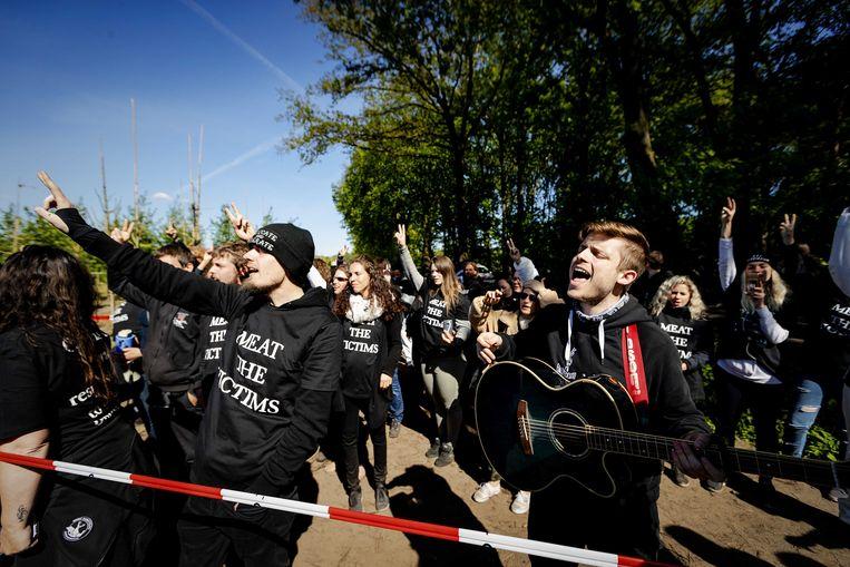 Dierenrechtenactivisten houden in Boxtel een varkensfokkerij bezet. Beeld ANP