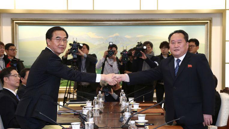 Onderhandelaars Ri Son Gwon van Noord-Korea en Cho Myoung-gyon van Zuid-Korea tijdens hun gesprek in het grensplaatsje Panmunjom. Beeld reuters