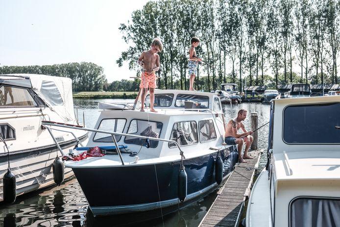 Marijn, Nevan en Cas proberen een roofvis te vangen in de Oude IJssel.