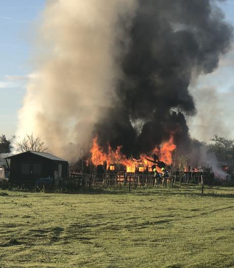 Schuur ingestort door felle brand in Krabbendijke