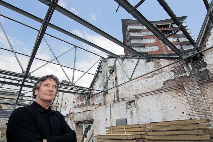 Architect Hein Koppens neemt de sheddaken in ogenschouw. Hij wil in het najaar aan de slag met zijn plannen voor het monument.