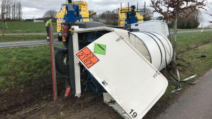 Tankwagen geladen met 6.000 liter koolzuur belandt in gracht: R34 en op- en afrit Torhout afgesloten