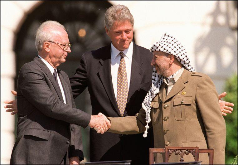 1993: Israël en de PLO. De handdruk van de Israëlische president Rabin en PLO-leider Arafat, onder toeziend oog van de Amerikaanse president Clinton, markeerde het begin van de vredesonderhandelingen. Beeld null