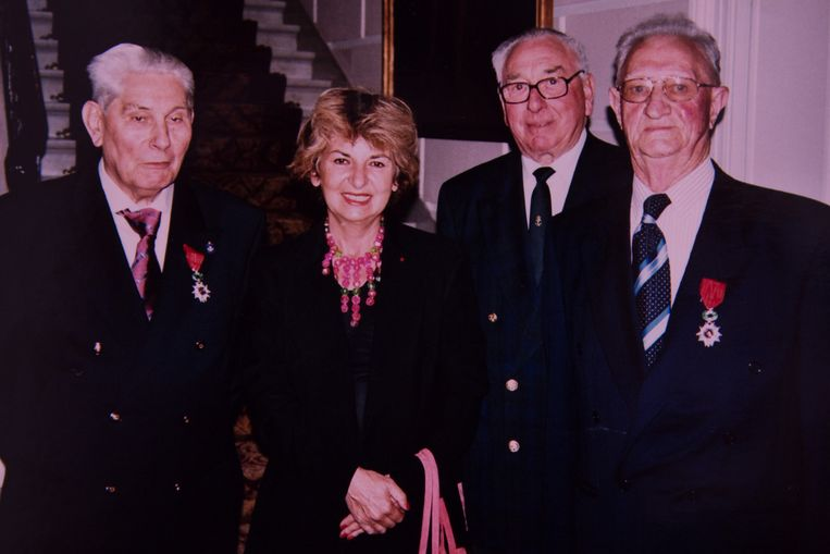 Pieter Coussaert (links) werd naar aanleiding van de 60ste herdenking van de landing in Normandië gedecoreerd.