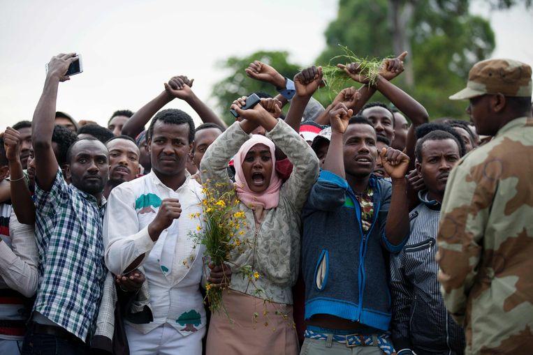 De bewoners van Bishoftu, Ethiopië kruisen hun armen als symbool voor de Oromo. Beeld afp