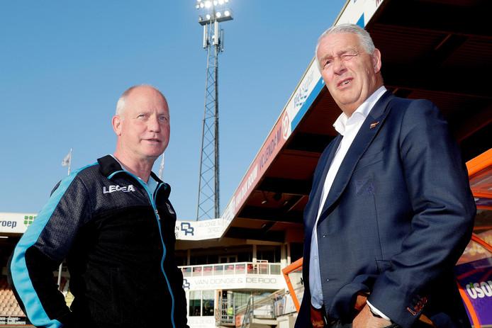 NEC-trainer Ron de Groot (links) en Hans de Koning, trainer van FC Volendam.