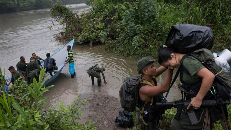 Fighters of Front 30 on their way to the boat that will take them to El Saltillo. Beeld Stephen Ferry