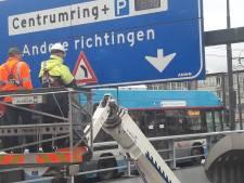 Daar is hij dan: de sticker met waarschuwing voor de bocht in Arnhems 'brokkentunnel'