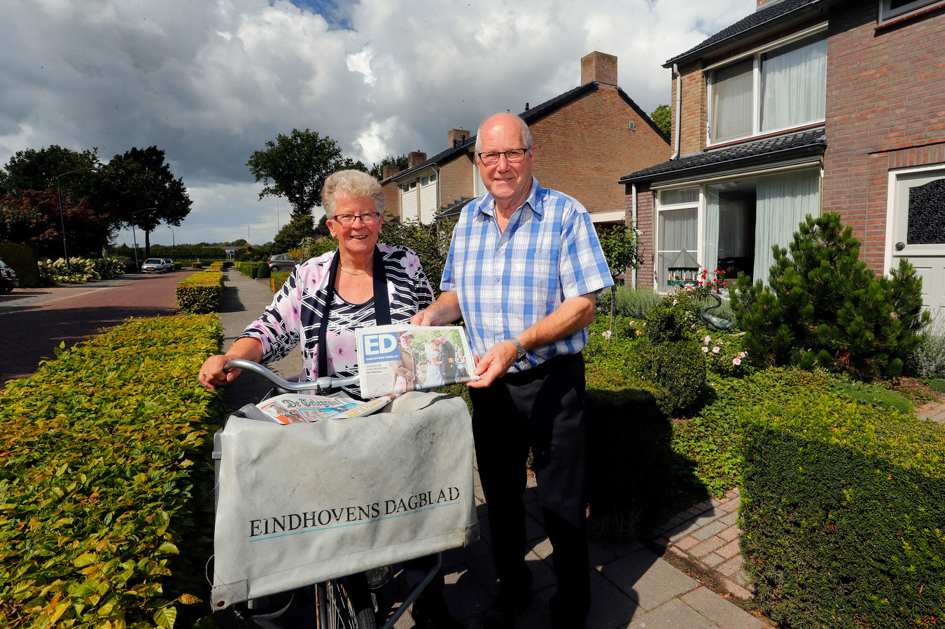 Jo en Tom Jansen bezorgen al 25 jaar de krant in Hoogeloon