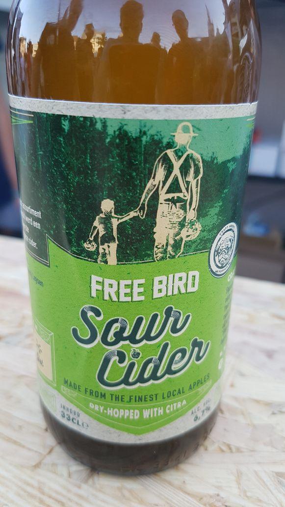 Op het etiket van Free Bird Sour Cider staan een man en een kind afgebeeld die hand in hand wandelen in een boomgaard, verwijzend naar Stijn en zijn grootvader.