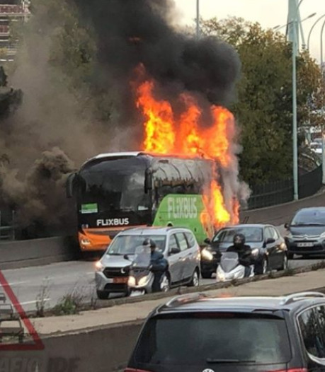 Un car Flixbus prend feu sur le périphérique à Paris, un blessé léger