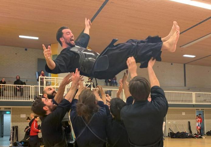 Volgens traditie wordt de kampioen de lucht in gegooid.