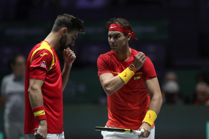 Rafael Nadal (r) en Marcel Granollers tijdens hun dubbel tegen de Kroaten Ivan Dodig en Mate Pavic.