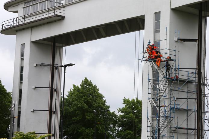 Hulpdiensten in actie op de Prinses Beatrixsluis.
