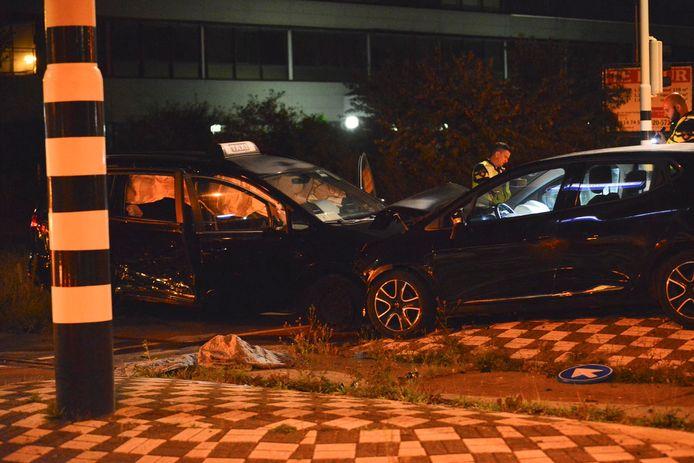 De taxi en auto kwamen met elkaar in botsing.