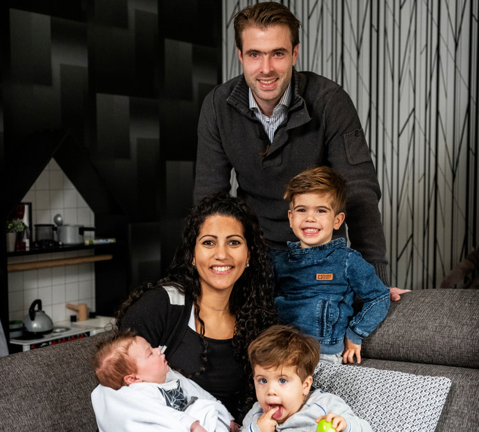 Mark Wouts en Suzanne Pang Atjok met hun kinderen (van oud naar jong) Ross (3), Vito (1,5) en Rico (6 weken)