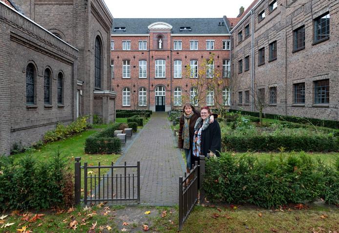 Lilyanne Joosten en Joan Elkerbout bij de kruidentuin tussen de kapel en het voormalige internaat Eikenburg in Eindhoven.