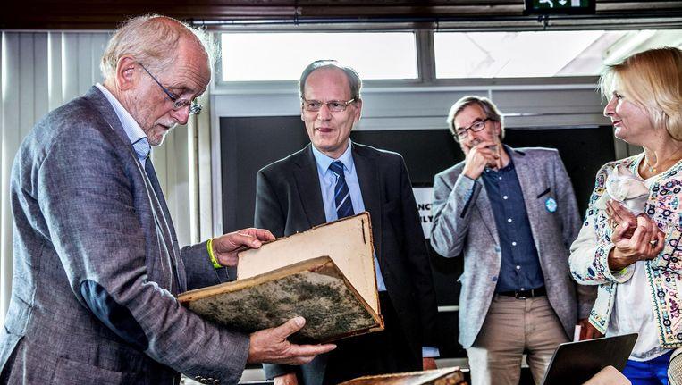 Experts van de KB taxeren boeken van bezoekers Beeld Jean-Pierre Jans