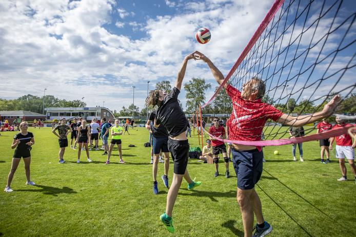 Tijdens het volleybaltoernooi, onderdeel van de Zomerfeesten FC Berghuizen, werd fanatiek gestreden om de punten.
