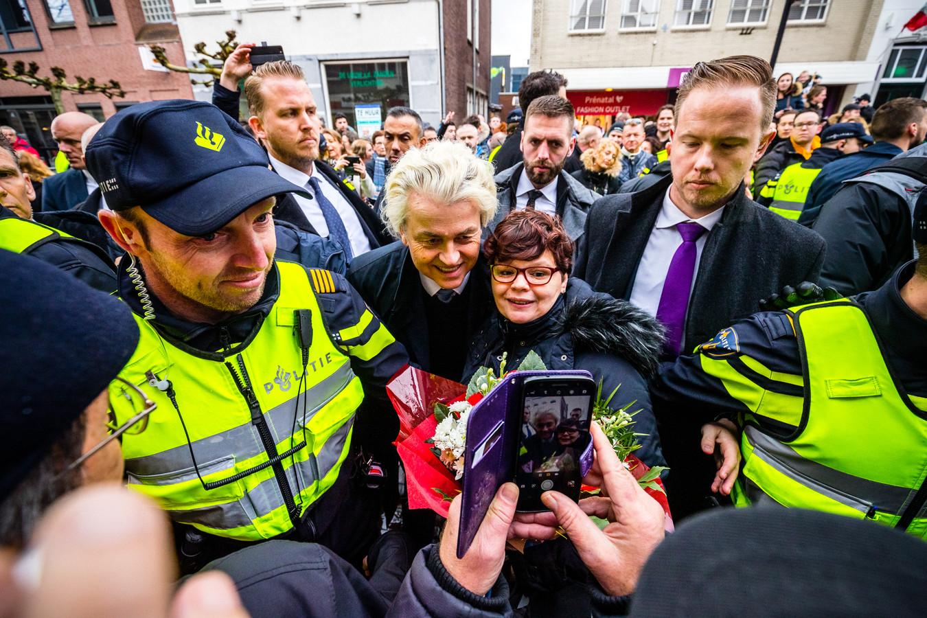PVV-leider Geert Wilders flyert op de Markt in het Brabantse Helmond. Hij voert campagne voor de Provinciale Statenverkiezingen.
