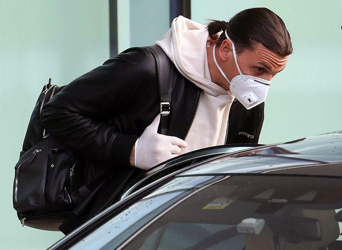 Intussen vertoeft Zlatan, hier met mondmasker en handschoenen, in de Italiaanse hoofdstad
