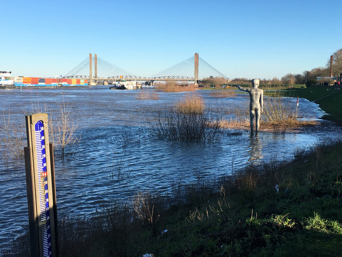 Hoge water trekt in Zaltbommel veel bekijks