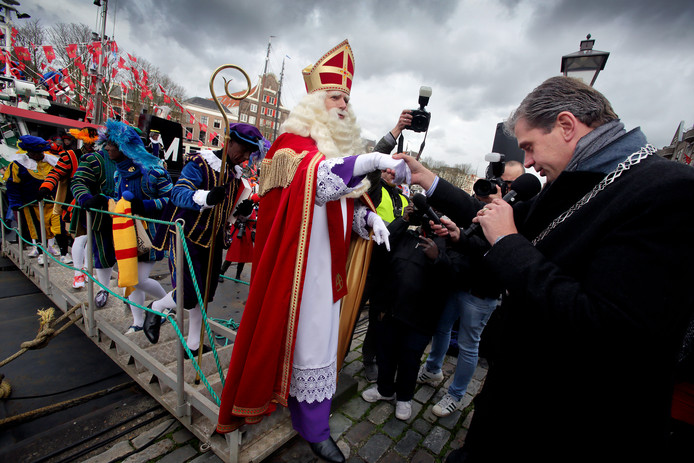 Burgemeester Wouter Kolff heet de Sint welkom in 2017.