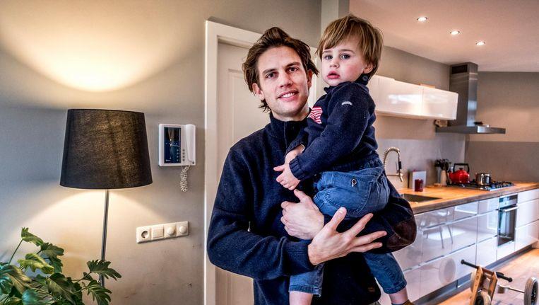 Toon (2) met zijn vader Ruben de Ruiter(31). Beeld Raymond Rutting / de Volkskrant
