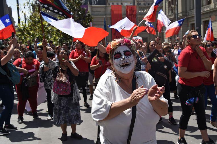 Op maandag gingen leraren en gezondheidswerkers in de hoofdstad Santiago de straat op.  Beeld AFP