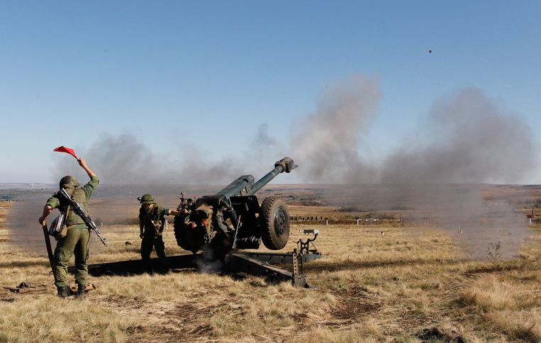 Pro-Russische rebellen tijdens een militaire oefening in de buurt van Luhansk, Oekraïne.  Beeld EPA