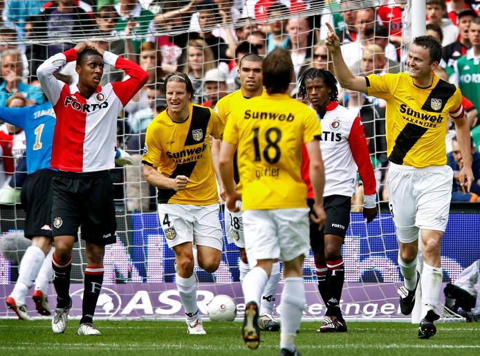 Rob Penders juicht na zijn openingstreffer in De Kuip. Georginio Wijnaldum (rechts) en Leroy Fer van Feyenoord zijn de wanhoop nabij. Patrick Zwaanswijk, Tyrone Loran en Donny Gorter (v.l.n.r.) vieren het feestje met Penders mee. Het wordt 0-4 in Rotterdam. NAC haalt de finale van de play-offs.