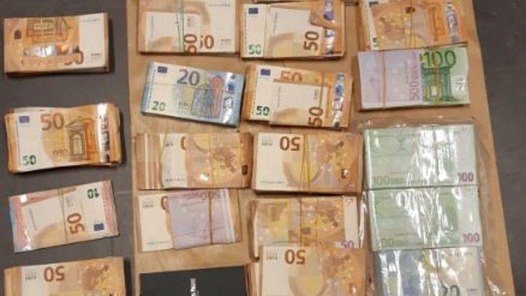 Honderdduizenden euro's heeft de politie in beslag genomen. Beeld Politie