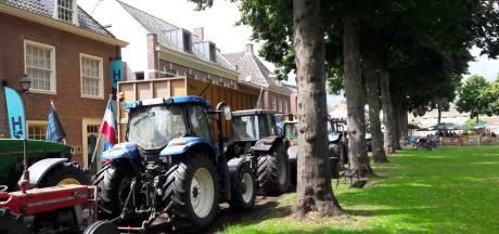 Twintig boeren met trekkers bij politiebureau Tilburg voor aangifte tegen minister Schouten