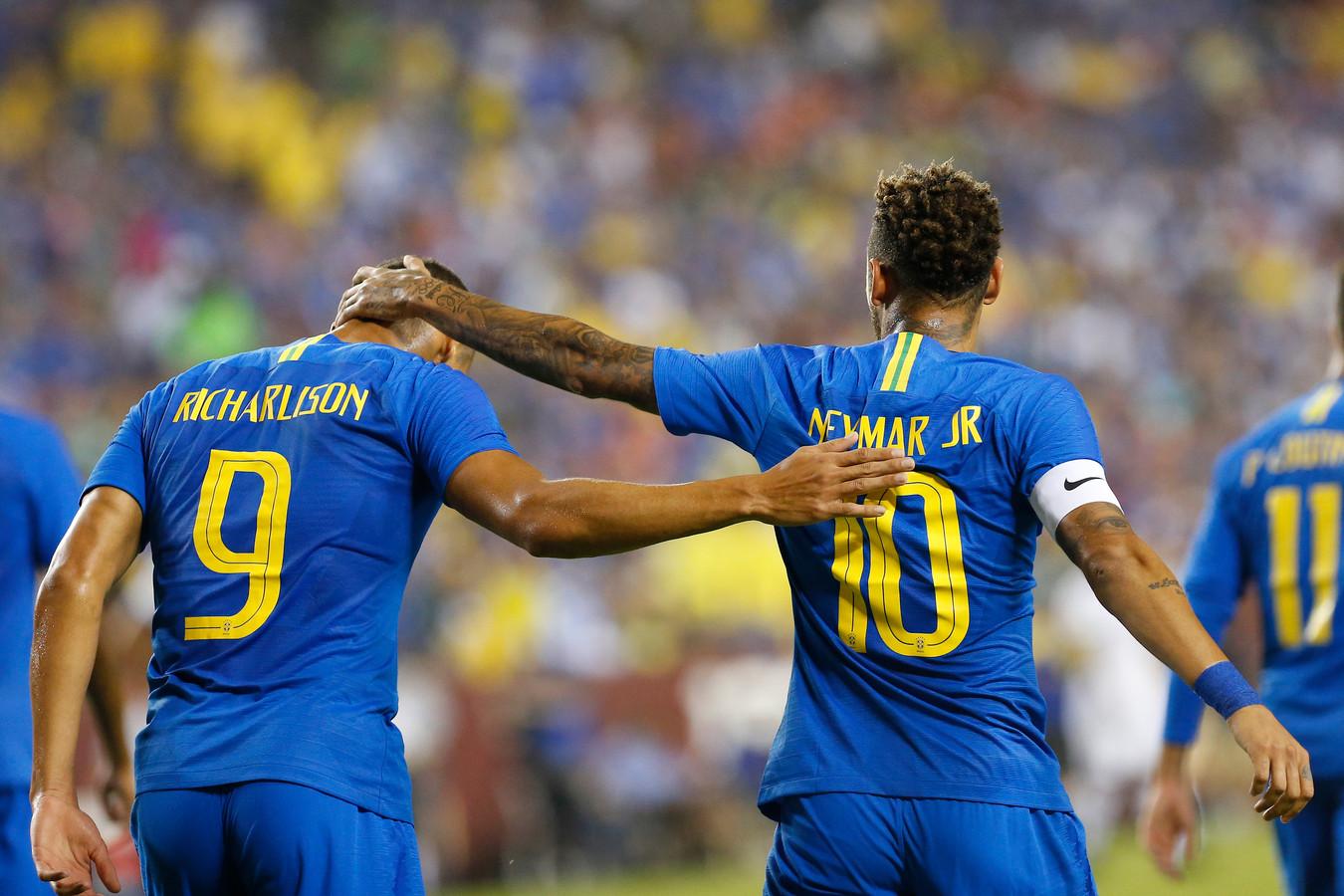 Neymar feliciteert Richarlison met zijn eerste goal voor de nationale ploeg van Brazilië.