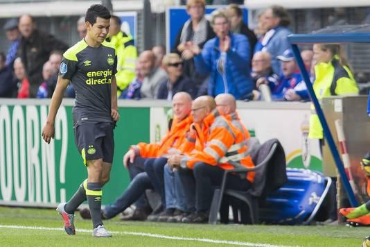 Hirving Lozano moet het veld verlaten in het Abe Lenstra Stadion, na een charge op Denzel Dumfries.