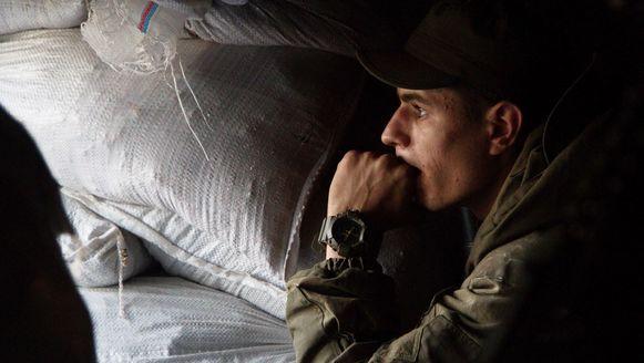 Een Oekraïense soldaat in Opytne (nabij Donetsk), gisteren.